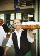 praca kelnera (Fot.panoramafotos.net, Wikipedia)
