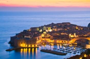 Dubrovnik nocą (foto freedighitalphoto.net)