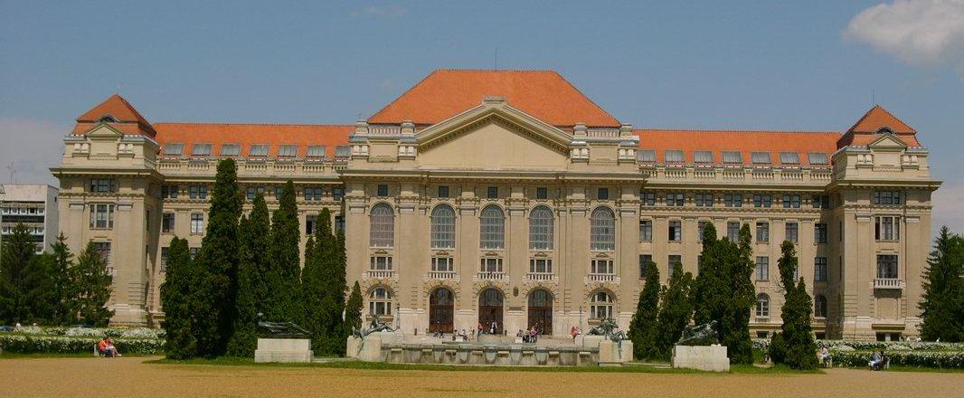 Uniwersytet w Debreczynie (fot.Andreas Poeschek, wikipedia.org)