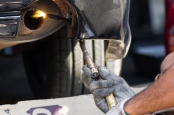 Ślusarz pracujący w zakładzie samochodowym (fot.freedigitalphotos.net)