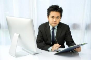 Trader dokonuje analizy akcji (fot.freedigitalphotos.net)