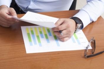 doradca przedstawia oferty banków (fot.freedigitalphotos.net)