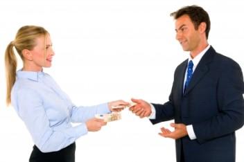 doradca pomaga w sfinalizowaniu kredytu (fot.freedigitalphotos.net)