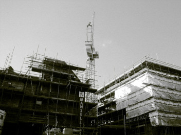 Murarz pracuje na placu budowy (fot.freeimages.com)