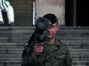 Żołnierze posługują się różnorodnymi rodzajami broni (fot.freeimages.com)