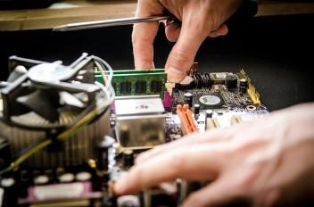 Teleinformatyk może pracować np. w serwisie komputerowym (fot.pixabay.com)