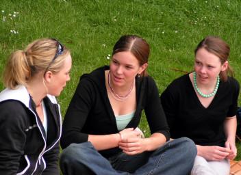 Rozmowa z przyjaciółmi po angielsku to dobry sposób nauki języka (fot.freeimages.com)