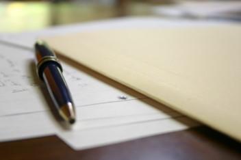 długopis i zeszyty (fot. freeimages.com)