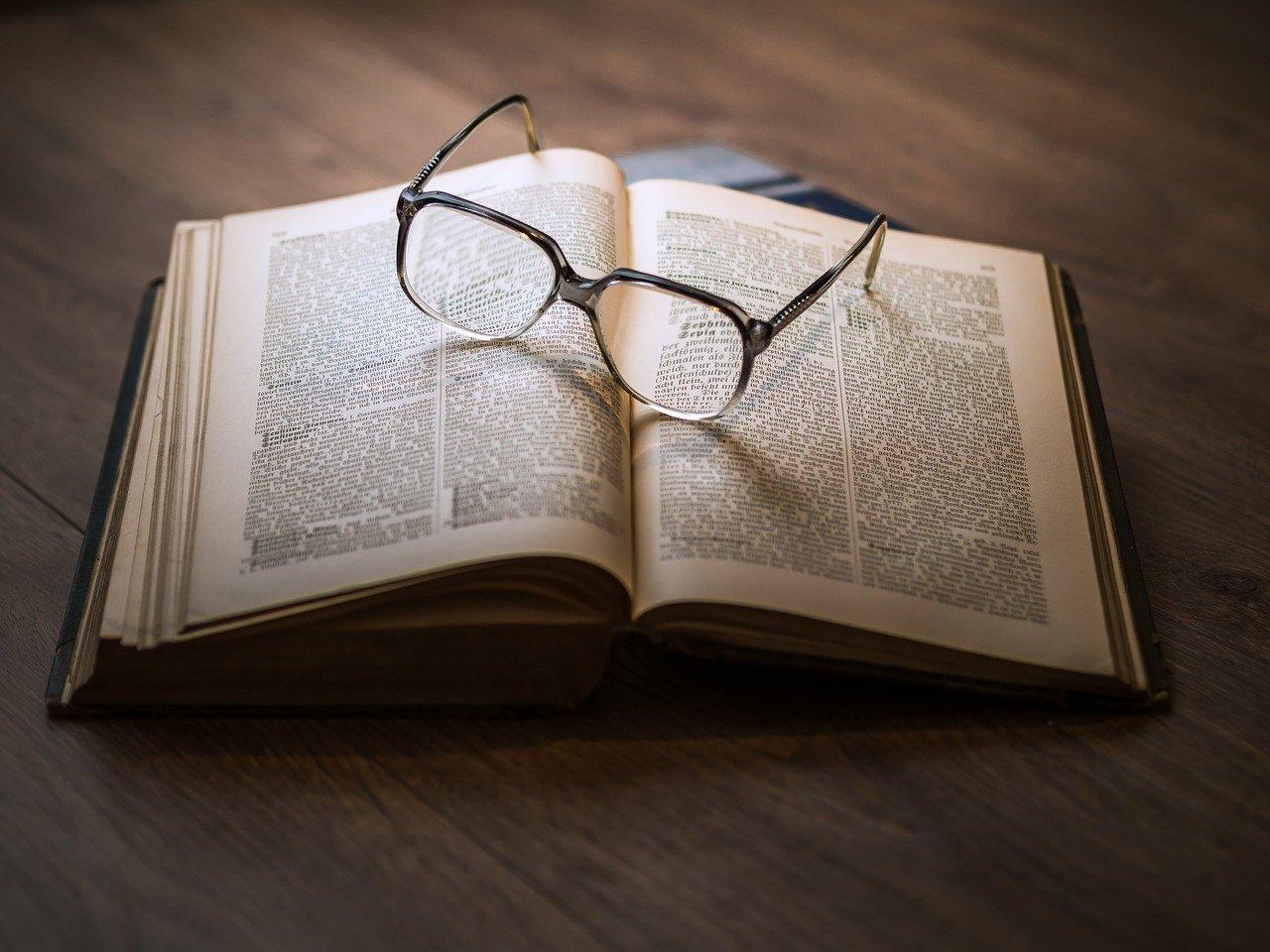 okulary na książce (pixaby.com)