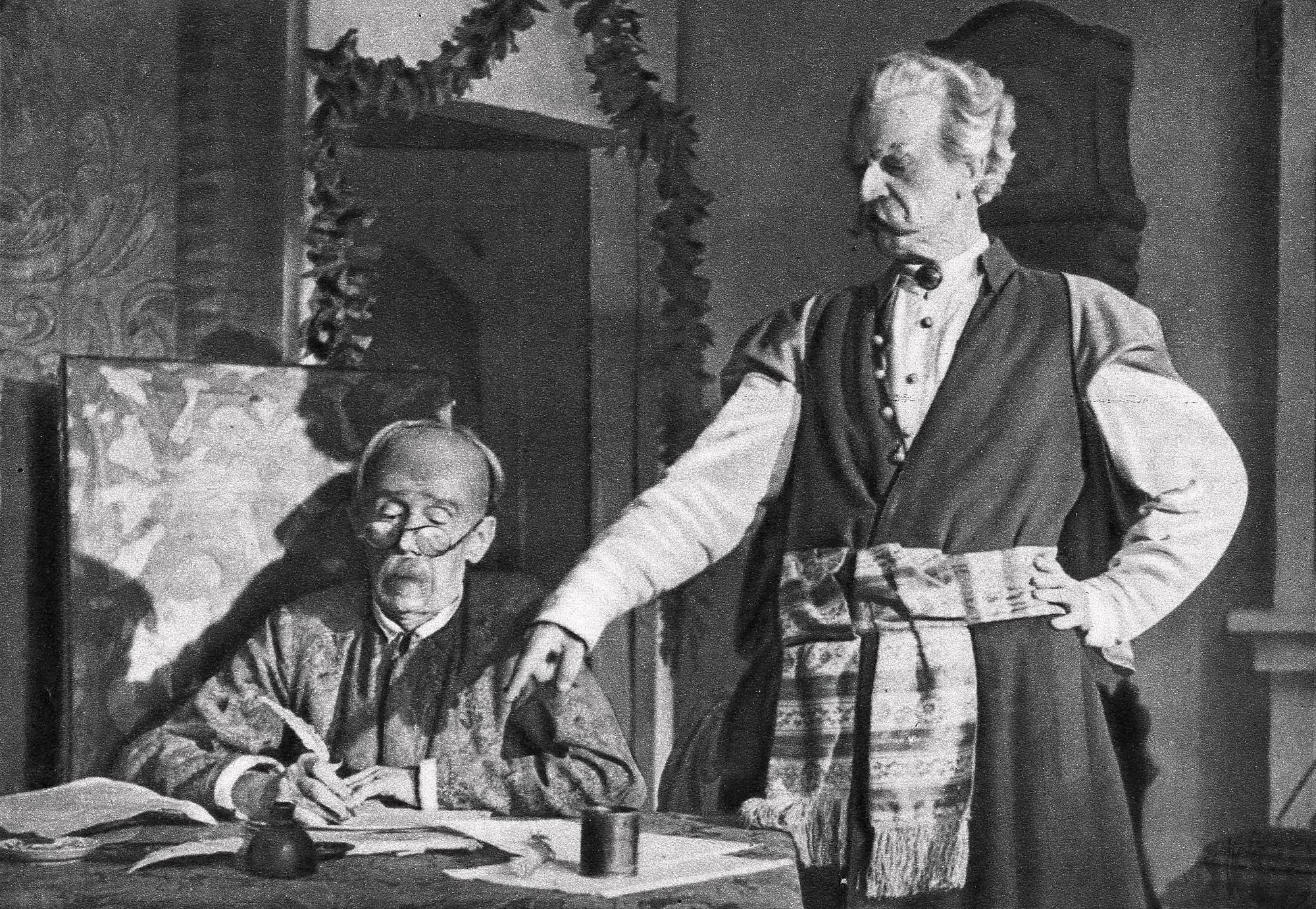 Ludwik Solski jako Dyndalski i Jerzy Leszczyński jako Cześnik Raptusiewicz w sztuce Zemsta w Teatrze im. Julisza Słowackiego w Krakowie w 1948 roku (fot. WIkipedia)