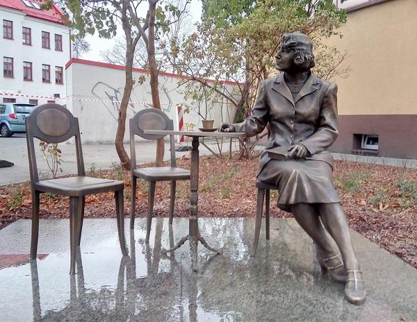 Pomnik Zofii Nałkowskiej w Wołominie, rok powstania 2019 r. autor: Wojciech Mendzelewski  (fot. Wikipedia)
